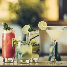 drinkar i baren på sigtunahöjden