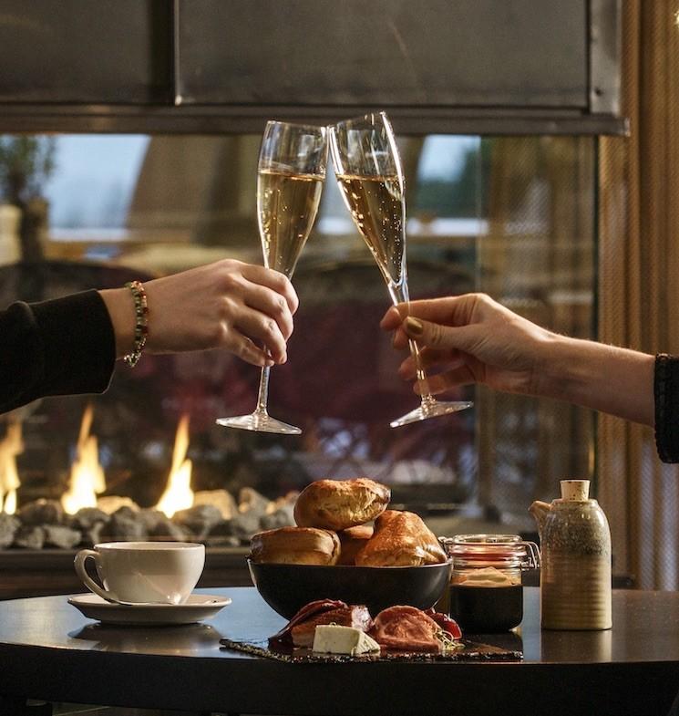 afternoon tea och champagneglas skålar vid brasan