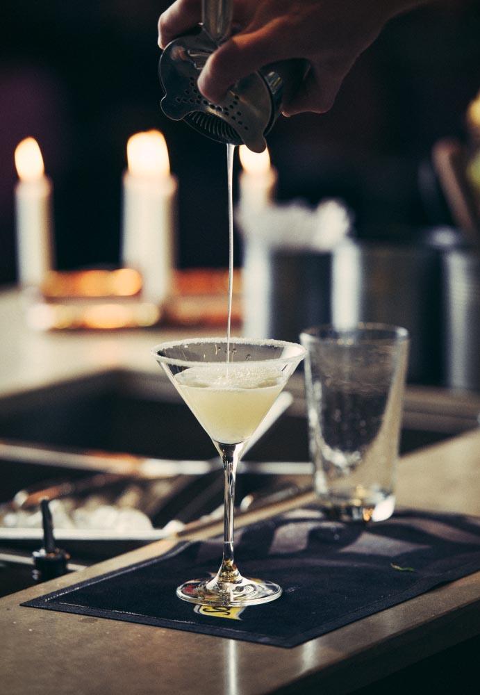 bartender häller upp drink