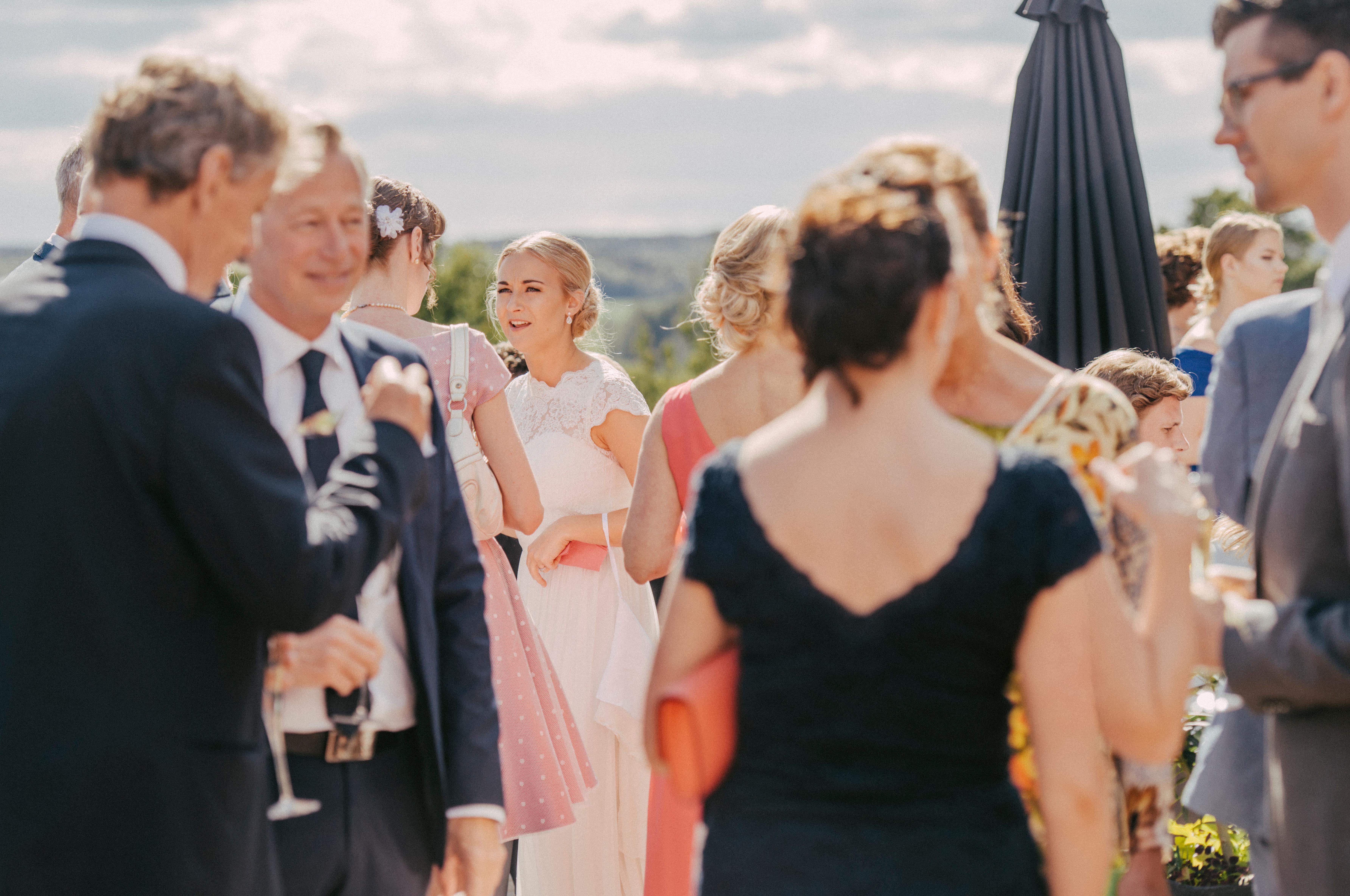personer minglar på fest på verandan