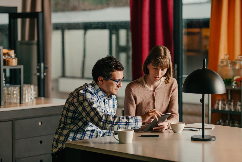 kollegor pratar och jobbar i guest service