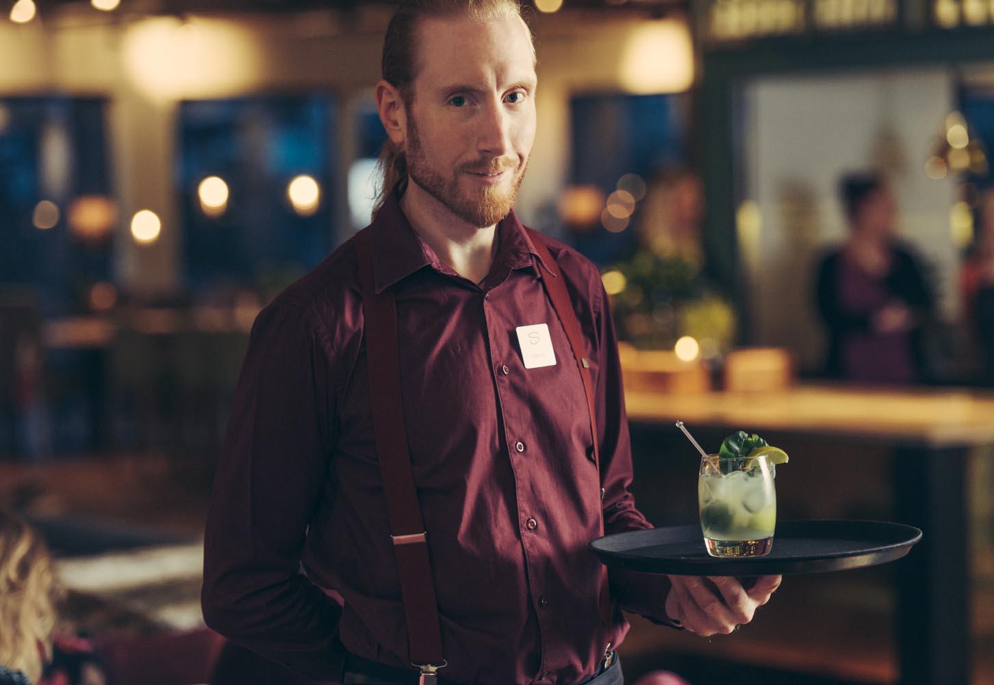 bartender med drink i phoenix bar