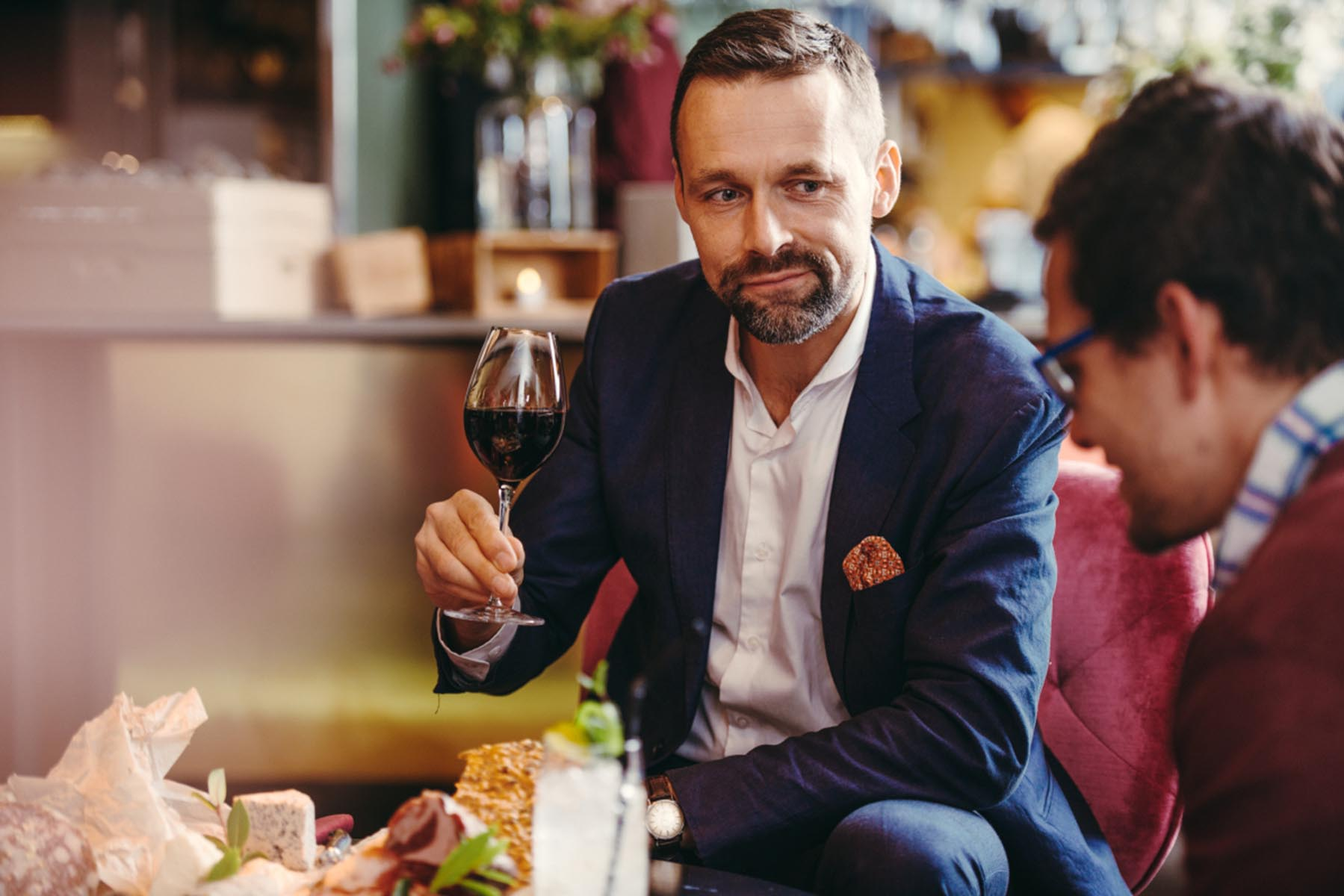 mingel med vin i baren