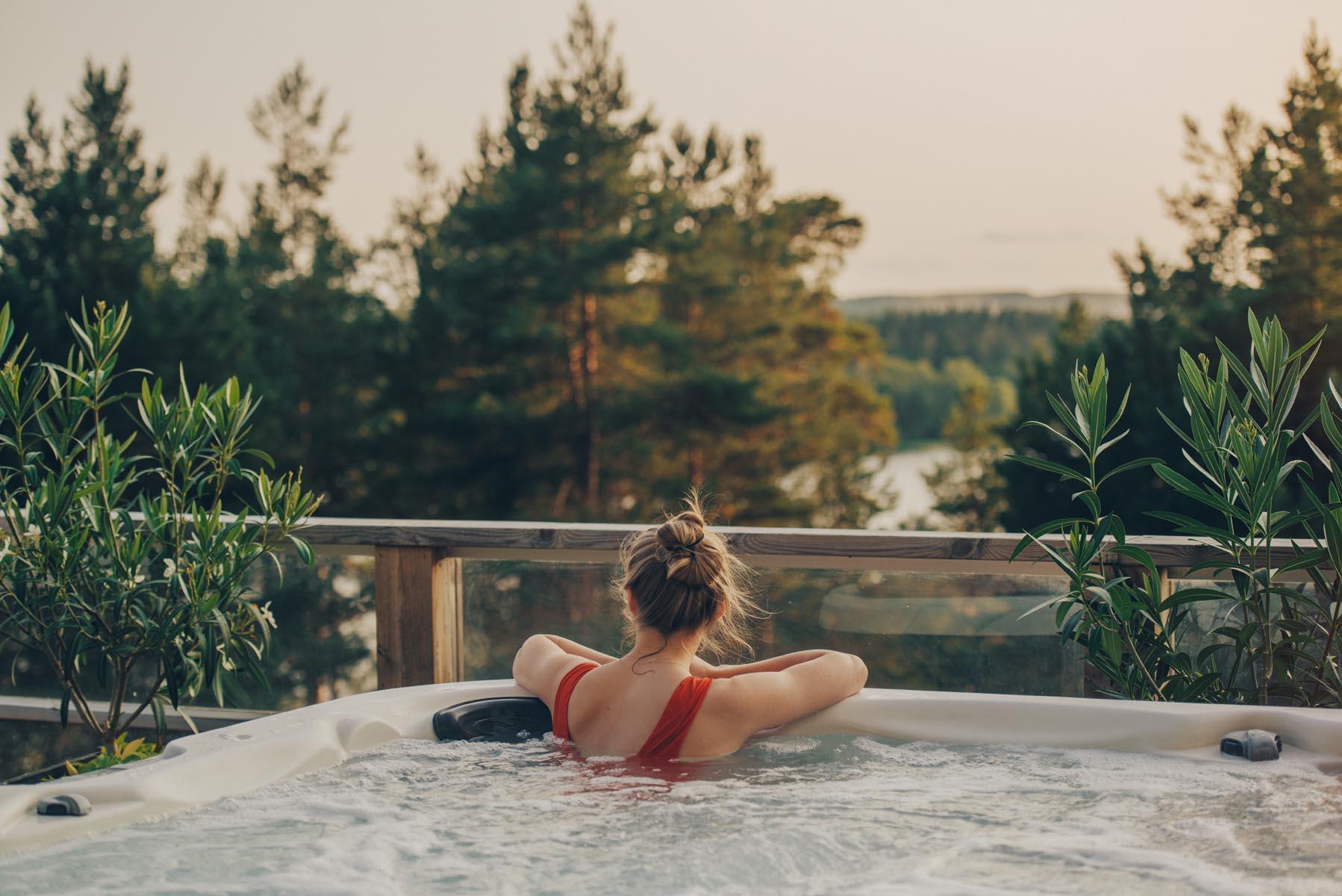 lugnt spa med jacuzzi med utsikt över skogen och mälaren