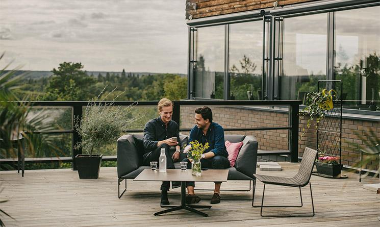 naturnära konferens på veranda med utsikt