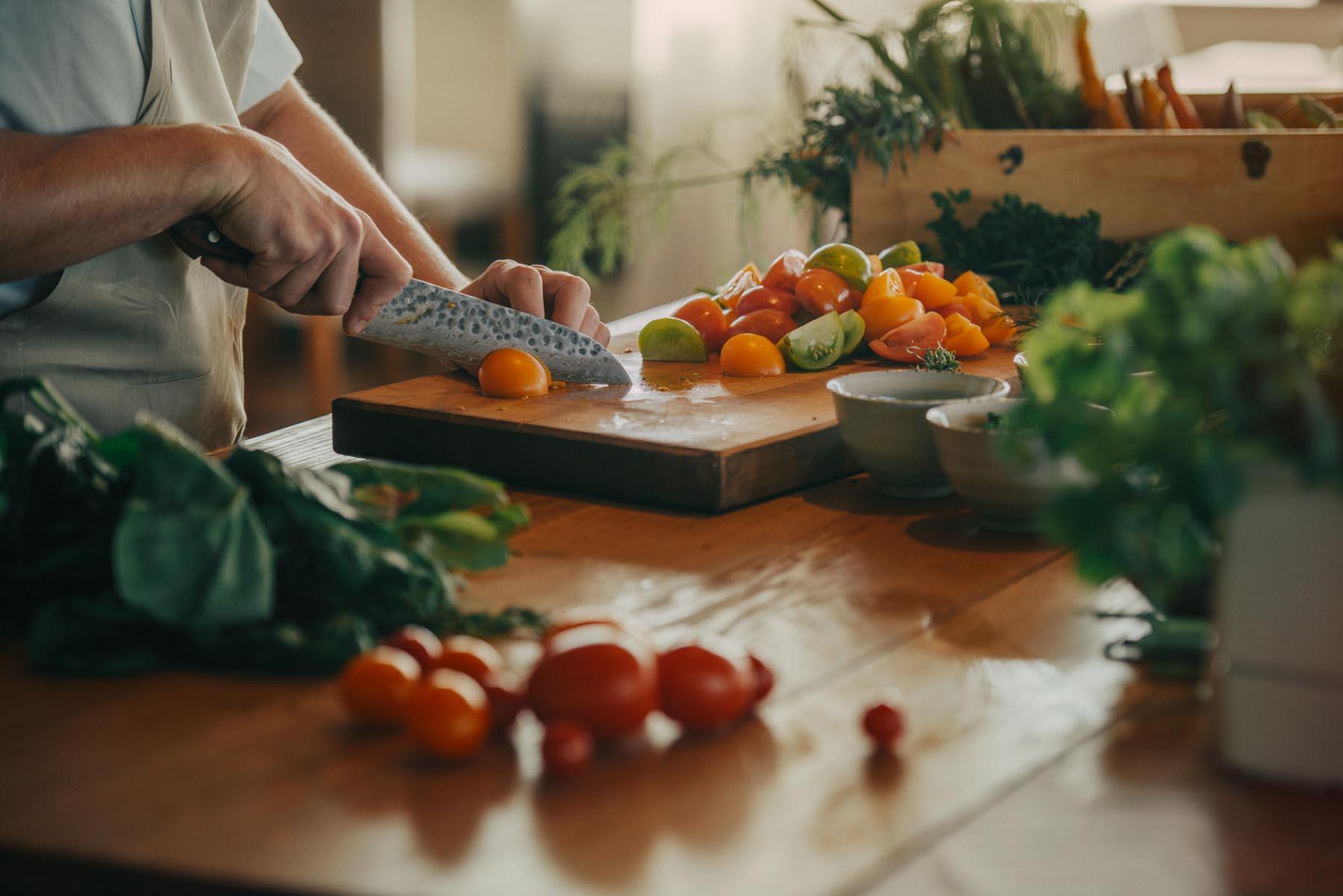 kock skär tomater