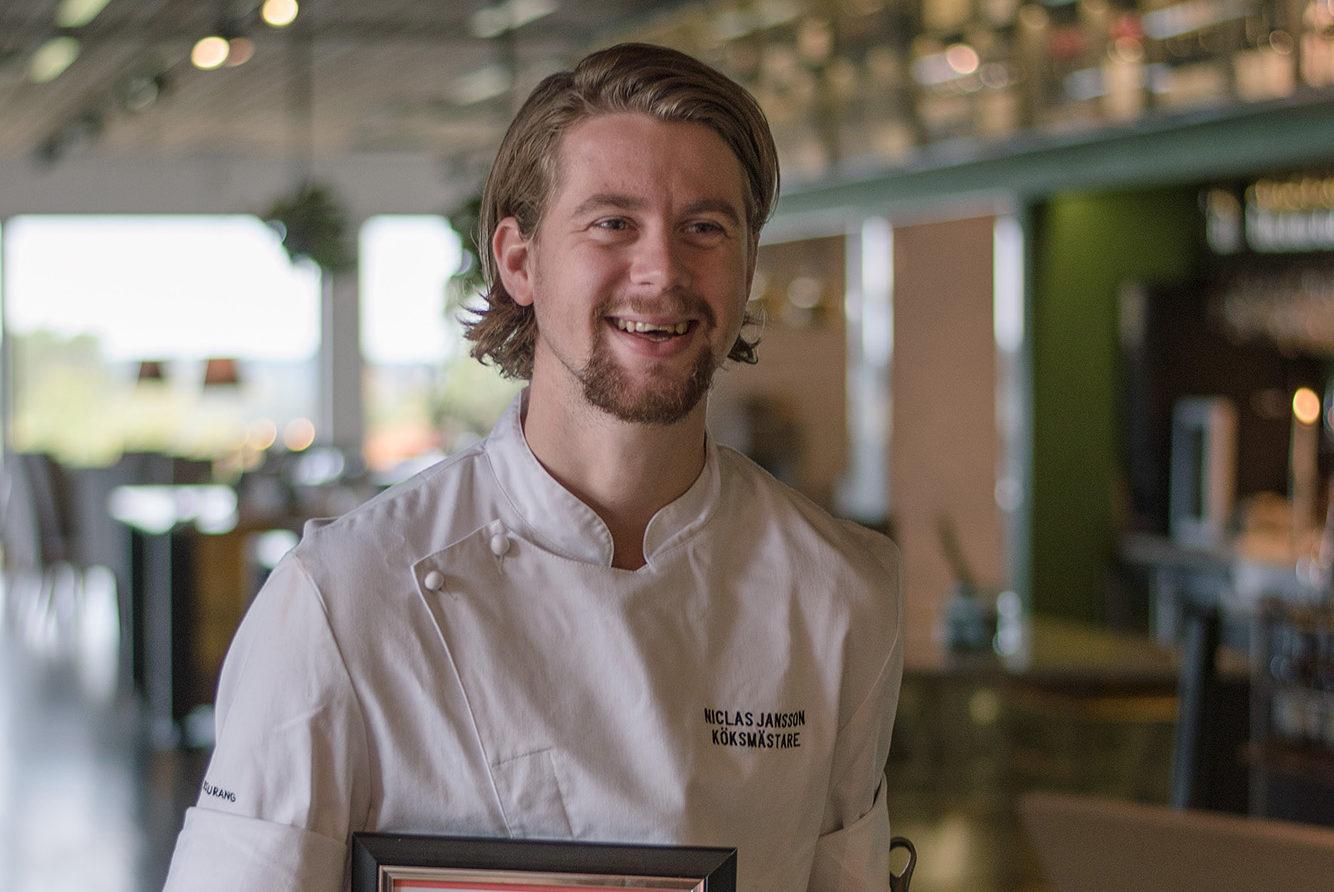 Köksmästare Niclas Jansson med pris för sin vinst i kocktävlingen Copper Skillet